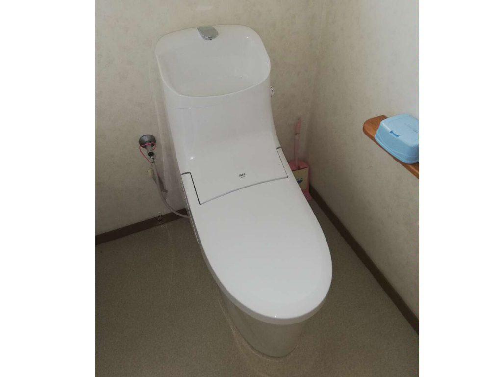 すっきりとしたデザインの一体型トイレにリフォーム