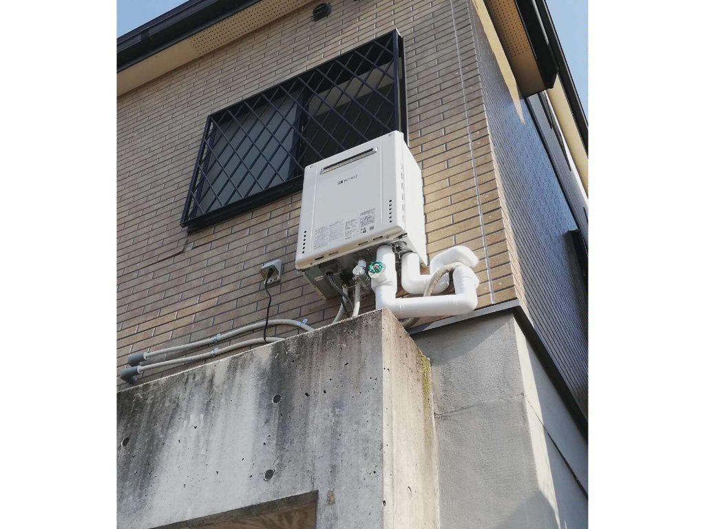 ガス給湯器お取替え 高所設置のため、2人作業で安全に取付けました