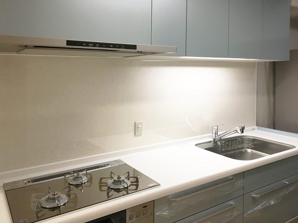 ブルーが映える素敵なキッチン!洗エールレンジフードでお手入れ手間も激減です♪