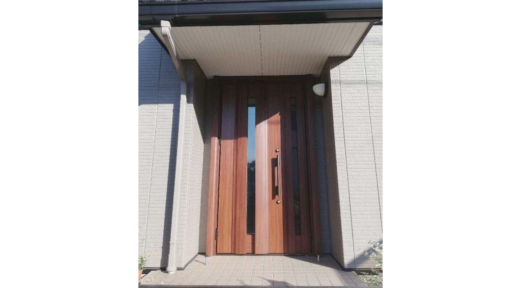 玄関ドアとリビングの照明をお取替え♪