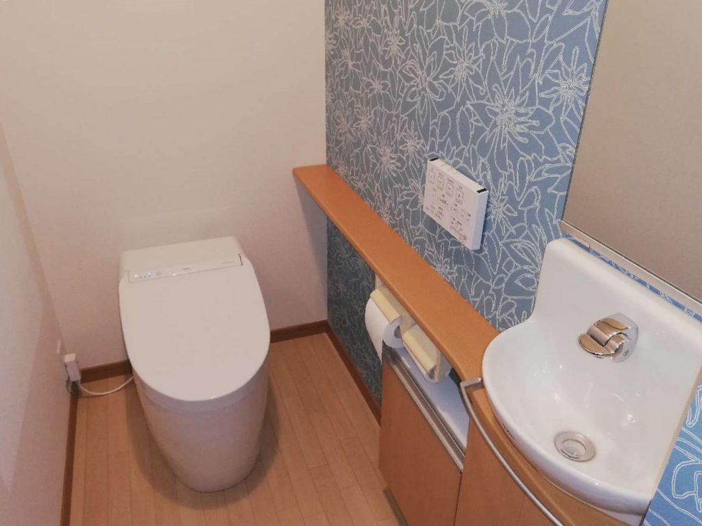 ブルーのアクセントクロスとタンクレストイレで清潔感ある空間になりました!