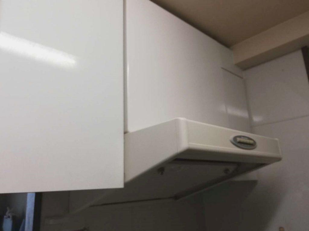 ホワイトのレンジフードがキッチン扉とマッチし統一感が出ました◎