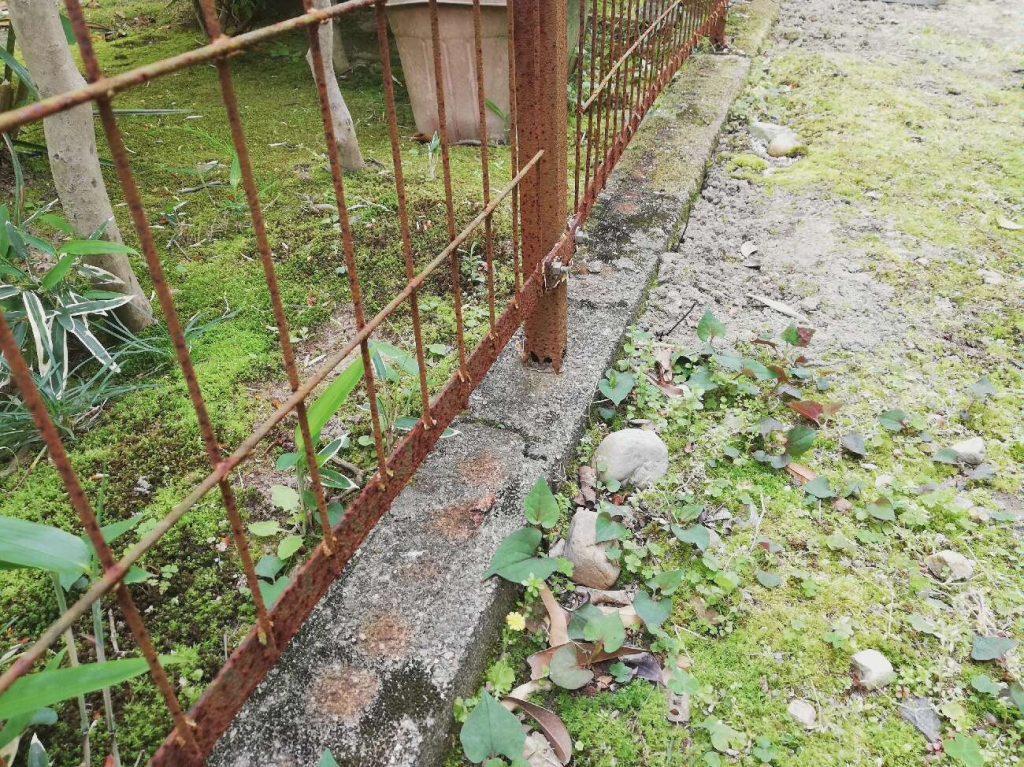 劣化により支柱から浮いていたフェンスがしっかり固定されました!